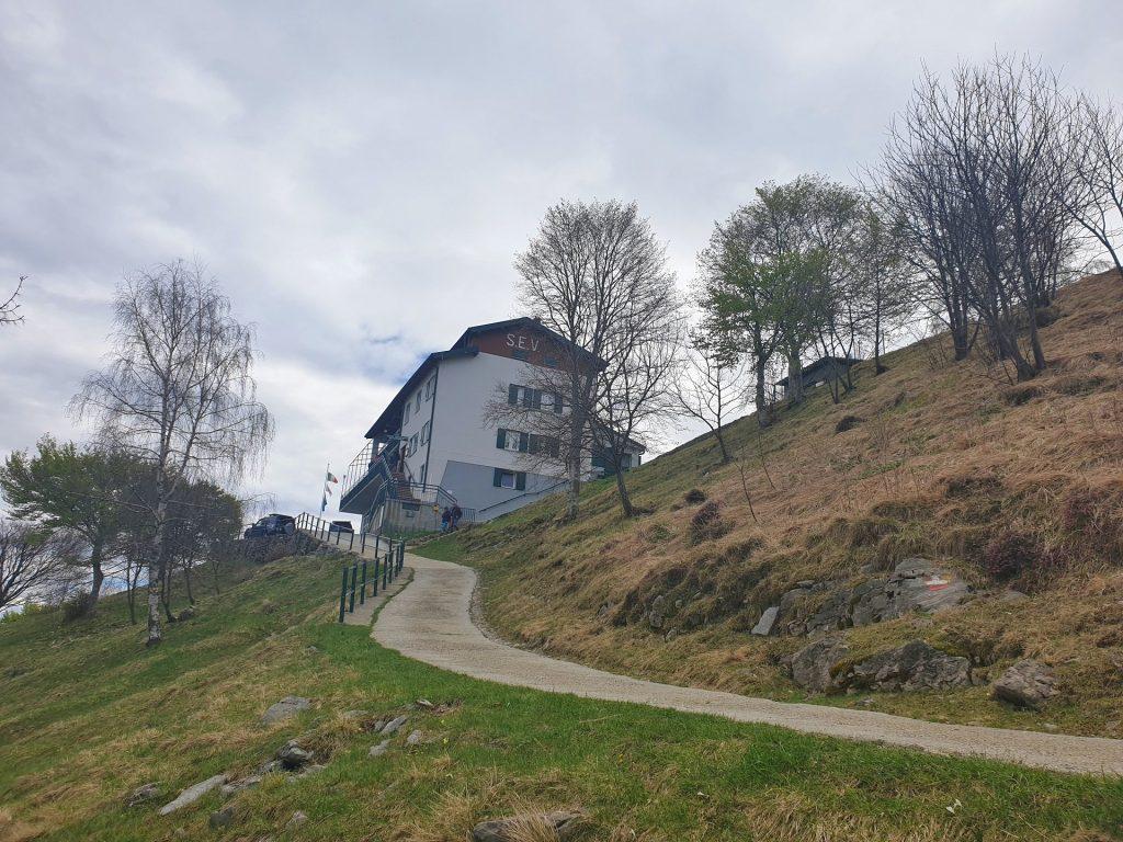 Sentiero fino al rifugio SEV