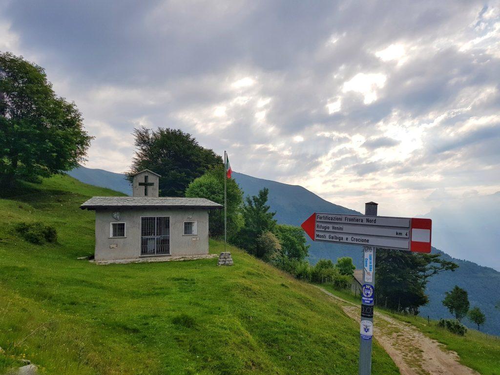 Chiesa e cartelli escursionistici Boffalora Provincia di Como