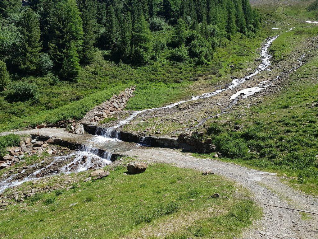 Cascata Che scende sul sentiero Bormio